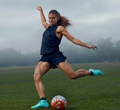 Alex Morgan member of the US Womens Soccer Team photographed by Annie Leibo Soccer Cleats, Soccer Players, Nike Soccer, Solo Soccer, Nike Football, Football Boots, Foto Sport, Soccer Motivation, Morning Motivation
