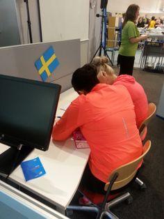 Taru Lammenranta ja Sini Aaltonen Koulutuskeskus Salpauksesta! Taru ja Sini tekemässä ruotsinkielen tehtävää.