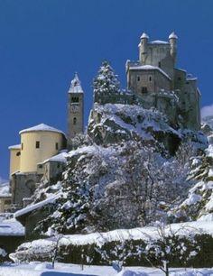 Castello di San Pierre innevato, Valle d'Aosta. 45°42′36″N 7°13′33.6″E