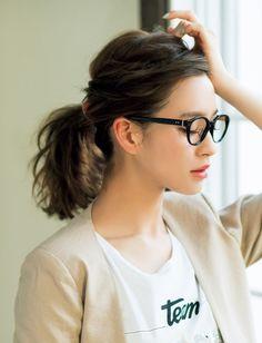 サイドの髪をゆるくツイストしてからひとつ結びに。前髪もねじってサイドに流し、ピンで留めると顔周りすっきり。