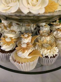 Cupcakes with fondant and Philadelphia cream