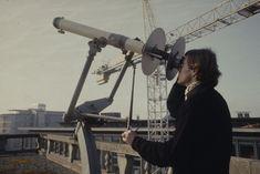 Mehr als 100 Jahre lang – zwischen 1864 und 1980 – erforschten und dokumentierten die Direktoren der Eidgenössischen #Sternwarte die Vorgänge auf der Sonne. Im Zentrum standen dunkle Stellen auf der #Sonnenoberfläche – die #Sonnenflecken. Ihre Anzahl ist ein einfaches und zuverlässiges Mass für die Sonnenaktivität. Die Comet Photo AG hat 1980 die Sternwarte in Zürich besucht und die Sonnenbeobachter beim Sonnenfleckenzeichnen beobachtet. Ceiling Fan, Blog, Astronomical Observatory, Exploring, Centre, Darkness, Ceiling Fans