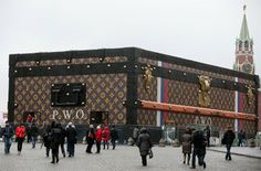 Giant Louis Vuitton suitcase in Red Square (EPA/SERGEI ILNITSKY)