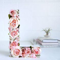 Letras decoradas com flores artificiais são lindas e sempre fazem muito sucesso…