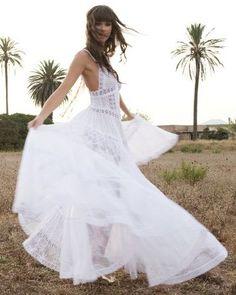 MODELOS DE NOVIA EN PAISAJES NATURALES | Traje de novia ibicenco con volantes y puntillas de algodón.