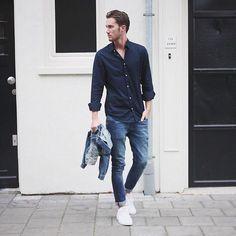 Acheter la tenue sur Lookastic: https://lookastic.fr/mode-homme/tenues/veste-en-jean-bleue-chemise-a-manches-longues-bleue-marine-jean-skinny-bleu/20263   — Chemise à manches longues bleue marine  — Jean skinny bleu  — Veste en jean bleu  — Tennis blancs