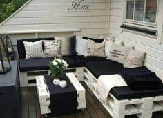 Pallet Furniture Projects Pallets: So fun! Great idea for cute furniture. Simple yet elegant. - 25 garden pallet projects to help spruce up your outdoor space. Pallet Furniture Sofa, Diy Pallet Couch, Cute Furniture, Outdoor Furniture Plans, Furniture Design, Furniture Ideas, Pallet Benches, Pallet Tables, Pallet Bar