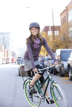 Pretty helmet and bike bag - this picture is so cute.wish I looked this nice on two wheels :/ I am usually sweaty, gasping, and looking out for cars. Cycle Chic, Urban Bike, Bicycle Women, Bicycle Girl, Bmx, Female Cyclist, Cycling Girls, Cycling Gear, Bicycle Maintenance