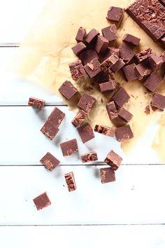Pätkis ja Daim ovat ihania karkkeja. Ne ovat ehdottomasti lempparikarkkieni kärkipäässä. Tein alkuvuodesta Daim-suklaafudgea ja sen jälkeen mielessäni pyöri myös Pätkis-versioinen suklaafudge. Kesän kynnyksellä päätin kokeilla sitä ja kyllähän näistäkin hyviä tuli, nams! Suklaafudgen pohjana käytin samaa helppo… Sweet Tooth, Sweets, Candy, Chocolate, Baking, Koti, Sweet Pastries, Sweet, Bread Making