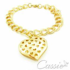Pulseira Amarsi folheada a ouro com pingente de coração.  ╔═════════    ═════════╗ #Cassie #semijoias #acessórios #moda #fashion #estilo #inspiração #tendências #trends #brincos #olhogrego #brincoslindos #love #tem #lookdodia #zircônias #folheado #dourado #brincoleque #brincoleve #colar #pulseiras #berloques #charms #maxibrinco #anellove #diadasmães # #