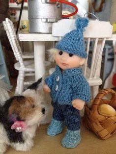 Sininen pipo ja villatakki sekä villasukat itsekudottuja :)