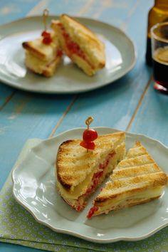 Cinco Quartos de Laranja: Tostas de tomate com pasta de atum e queijo