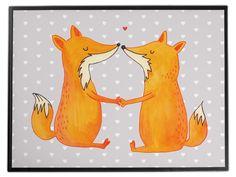 Schreibtischunterlage Füchse Liebe aus Kunststoff  Schwarz - Das Original von Mr. & Mrs. Panda.  Die Schreibtischunterlage wird in Deutschland exklusiv für Mr. & Mrs. Panda gefertigt und ist aus hochwertigem Kunststoff hergestellt. Eine ganz tolle Besonderheit ist die einzigartige Einlegelasche an der Seite, mit der man das Motiv kinderleicht gegen andere Motive von Mr. & Mrs. Panda tauschen kann.    Über unser Motiv Füchse Liebe  Die Fox Edition ist eine besonders liebevolle Kollektion von…