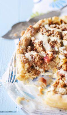 Kinuski-raparperipiirakka – katso resepti ja leivo!   Meillä kotona Baking Recipes, Cake Recipes, Good Food, Yummy Food, Sweet Pie, Sweet And Salty, Something Sweet, Desert Recipes, Let Them Eat Cake