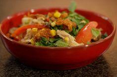 Romige kokosmelk en limoenbladeren geven een gerecht meteen een Oosterse smaak. Dit is de basis voor een warme marinade waarin je de verse kip gaart. Gooi daarna een hele selectie van verse groenten in de wok en serveer alles samen met krokante chips van kippenvel en wat verse kruiden.