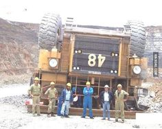 22 Awesome Examples of Teamwork Done Right Giant Truck, When I Die, Seriously Funny, Group Photos, Teamwork, Best Funny Pictures, Entertaining, Humor, Guys