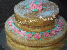 Naked cake massa de baunilha com recheio  de amendoim, decorado com flores para aniversário feminino