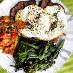 Prato do dia! Contra filé com dois ovos brócolis e abobrinha no forno com tomate queijo e azeitona. E ainda falam que fazer dieta é difícil! #paleo #atkins #keto #primal #lchf #lowcarb #slowcarb #vidasaudavel #barrigadetrigo #semgluten #glutenfree #semlactose #lactosefree #receitaslowcarb #comidadeverdade #instafood #eatrealfood #senhortanquinho #controleseucorpo #diet #dieta #saude #health #fit #fitness