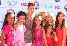 Maddie Ziegler met Justin Bieber with her sister, Mackenzie Ziegler, and her friends Nia Frazier, Brooke Hyland, Paige Hyland, Chloe Lukasiak and Kendall Vertes, at the Teen Choice Awards 2012 [2012]