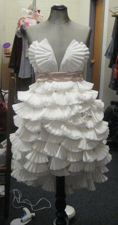 i made out of coffee filters for one of my classes.dress i made out of coffee filters for one of my classes. Paper Fashion, Diy Fashion, Ideias Fashion, Fashion Show, Fashion Design, Recycled Costumes, Recycled Dress, Recycled Clothing, Recycled Cans