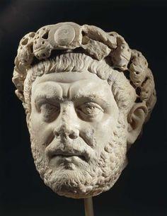 Autore Socnosciuto - Ritratto di Diocleziano - III sec. d.C. - marmo a tutto tondo - Istanbul, Museo Archeologico --- Evidente gigantismo; indossa un diadema di gemme; occhi assorti che giocano col chiaroscuro.