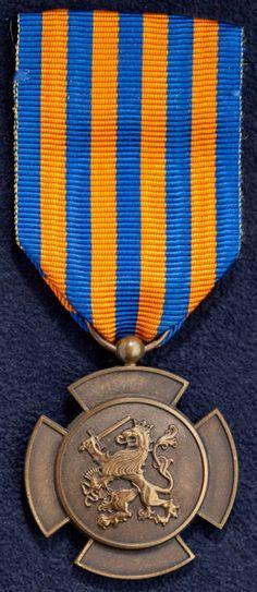 """BRONZEN LEEUW Nederlandse Koninklijke dapperheidonderscheiding. Na de Militaire Willemsorde de hoogste militaire onderscheiding. Ingesteld bij Koninklijk besluit van 30 maart 1944 (Staatsblad nummer E 21) door Hare Majesteit Koningin Wilhelmina en naderhand aangevuld bij Koninklijk besluit van 9 november 1944 (Staatsblad nummer E 147). De Bronzen Leeuw is bedoeld voor militairen die voor de Nederlandse staat strijd hebben geleverd en daarbij """"bijzondere daden van moed en beleid aan de dag…"""