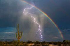"""Lugar certo e hora certa. Essa é a definição na qual Greg McCown se encaixa perfeitamente para definir o momento em que tirou a """"foto de sua vida"""". Morador do Arizona, nos EUA, ele flagrou o momento exato da aparição de um arco-íris no meio de uma tempestade."""