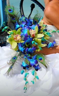 blue-orchis-bouquet.jpg (466×750) - This is a bouquet which mimics the Caribbean. The bouquet has several types of orchids, peacock feathers and lilies. Unfortunately, the cobalt blue orchids were dyed (I believe).