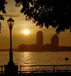 Sunset on de Hudson River, New Jersey from the Esplanade, Lower Manhattan, New York City_ USA