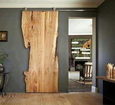Wow! Mooie houten (onbewerkte) schuifdeur.