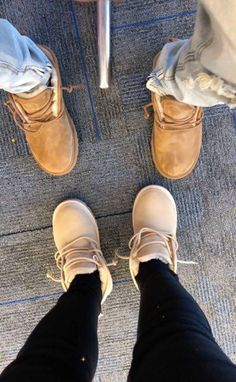 Uggs are not only the most loved but also the most controversial boots on the market. What makes them so loved and so hated at the same time? This article will answer both those questions! Ugg Boots Outfit, Ugg Style Boots, Shearling Boots, Leather Boots, Cute Shoes, Me Too Shoes, Pretty Shoes, Ugg Neumel, Tenis Vans