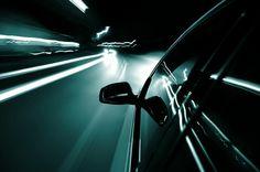 Что делать если автомобиль уводит в сторону.  Для начала определимся с тем, что значит термин – автомобиль уводит в сторону. В принципе, если это случится, то вы сразу это почувствуете на первом же ровном участке дороги. Руль будет постоянно тянуть либо влево, либо вправо, и чтобы удержать машину на дороге придется часто подруливать. Ощущение не из приятных, поэтому спутать и сомневаться в наличии этого эффекта вы не сможете. Если уж уводит машину в сторону, то придется это исправлять…