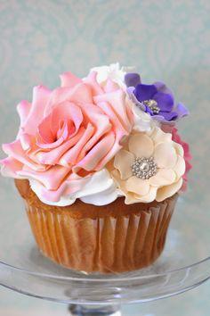 Cupcake Decorated with Stunning Realistic Flowers & Silver Dragees - Cómo decorar galletas con bolitas perfectas usando royal icing o glasa (glacé real)