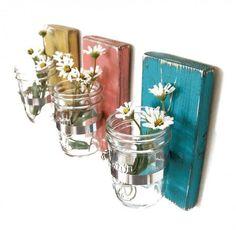 Prancha de madeira + Vidro de conservas + Braçadeira  A mesma ideia pode resultar em vasinhos, porta-objetos...