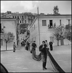 Mikrolimano maybe early Vintage Pictures, Old Pictures, Old Time Photos, Greece Pictures, Photo Archive, Seaside, Street View, Journey, Memories