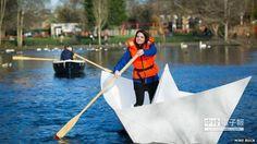 工程師威爾森女士16日在倫敦南華克公園划著一艘巨型摺紙船。(翻攝自BBC網站)