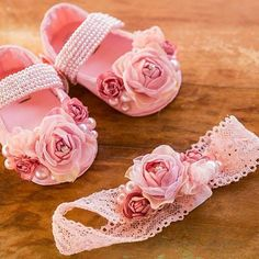 As nossas duas fofuras feitas com todo carinho para enfeitar pequenas bonecas. Par perfeito! ❤ #drilu #acessorios #sapatilha #baby #babygirl #meninas