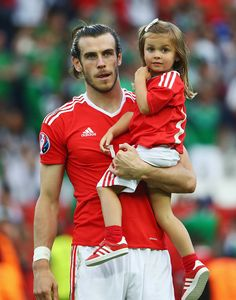 Gareth Bale of Wales celebrates his team's win with his daughter Alba Violet after the UEFA EURO 2016 round of 16 match between Wales and Northern. Real Madrid Gareth Bale, Welsh Football, Uefa Euro 2016, World Football, Wales, Soccer, Daughter, Actors, Celebrities
