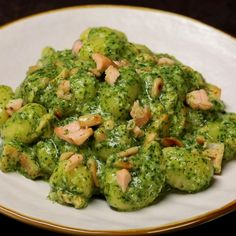"This is ""Gnocchi con pesto di rucola, salmone e pinoli"" by Al.ta Cucina on Vimeo, the home for high quality videos and the people who love them. Cold Lunch Recipes, Gluten Free Recipes For Lunch, Best Dinner Recipes, Vegetarian Recipes Dinner, Easy Healthy Dinners, Easy Healthy Recipes, Gnocchi Pesto, Healthy Christmas Recipes, Health Dinner"