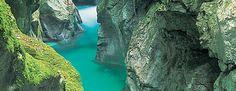 Suche via KarteZaubertor im Nationalpark Triglav.Die Tolminer Klammen sind der niedrigste und gleichzeitig der südlichste Punkt für den Eintritt in den Nationalpark Triglav und die bedeutendste Sehenswürdigkeit der Gemeinde Tolmin.   THERMALQUELLE Unter der Teufelsbrücke befindet sich eine Thermalquelle. Die Durchschnittstemperatur der Quelle beträgt zwischen 18,8 und 20,8 °C (die Temperatur der Tolminka beträgt zwischen 5 und 9 °C). Das Oberflächenwasser sickert in die Tiefe, wird dort…