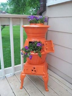 Recycling Old Stoves for Metal Planters to Save Money on Outdoor Decorations is part of Garden - Using a broken oven or stove range as a planter is a nice way to recycle and save money on expensive flower pots Magic Garden, Garden Whimsy, Garden Junk, Garden Yard Ideas, Garden Projects, Garden Pots, Garden Decorations, Outdoor Decorations, Glass Garden
