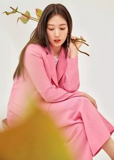 Park Shin Hye Accessorizes With Flowers in S/S 2020 Mojo S. Phine CF Pictorial | A Koala's Playground Park Shin Hye, Korean Actresses, Actors & Actresses, Diane Lane, People Magazine, Perfect Woman, Classy And Fabulous, Office Outfits, Lee Min Ho