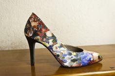 #stiletto #flores #tela #estampada #fantasia #zapatos #primavera #verano #spring #summer #shoes #fashion #tacones #charol #heels www.jorgelarranaga.com
