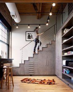 Egyedi bútor a lépcső alatt