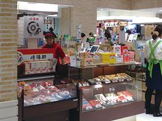 崎陽軒 - 明治41年の創業以来、横浜のおいしさを創りつづける崎陽軒。 冷めてもおいしい「シウマイ」や定番の「シウマイ弁当」のほか、日本人の味覚にぴったりの「横濱月餅」、「中華まん」など、横浜の味をお楽しみください。 - 312の多彩な店舗が織りなす、新しい下町「東京ソラマチ」。東京スカイツリーとともに都心と東武沿線、日本と世界とを結ぶゲートシティへ。