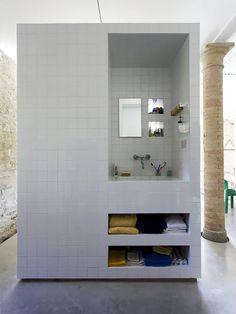 Módulo de Banheiro de Azulejo Branco. Arquiteto: Francesco Di Gregorio & Karin Matz. Fotógrafo: Francesco Di Gregorio.