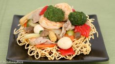 Crispy Noodle and Beef Stir-Fry (Mì xào dòn) Crispy Noodles, Wonton Noodles, Beef And Noodles, Crispy Beef, Fried Beef, Vietnamese Recipes, Asian Recipes, Vietnamese Food, Rice Dishes
