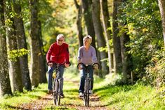 Research shows that cycling makes your brain grow! Riding a bike grows new neurons in your brain, improving your memory and your learning ability Mohs Surgery, Spine Surgery, Burn Out, Psoriatic Arthritis, Senior Fitness, Old Age, Training Plan, Bike Trails, Stock Foto