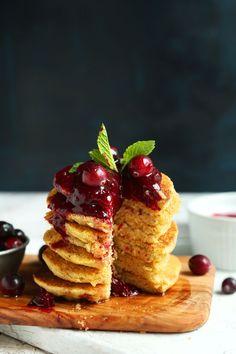 perfekt-7-Zutat-cornmeal-Pfannkuchen-mit-3-Zutat-Cranberry-Kompott-Pfannkuchen-vegan-gluten-Rezept-minimalistbaker