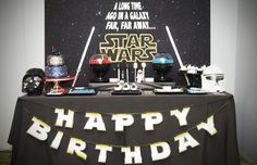 Toutes nos idées décoration et déguisements pour basculer du côté obscur de la force lors de votre fête d'anniversaire Star Wars.